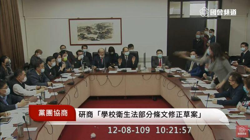 委員會強行表決萊豬 鄭麗文朝綠委扔咖啡