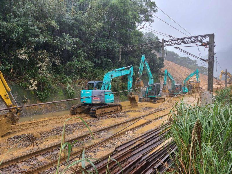 土石滑落趨緩!台鐵瑞芳猴硐段搶修 邊坡打76根鋼軌樁