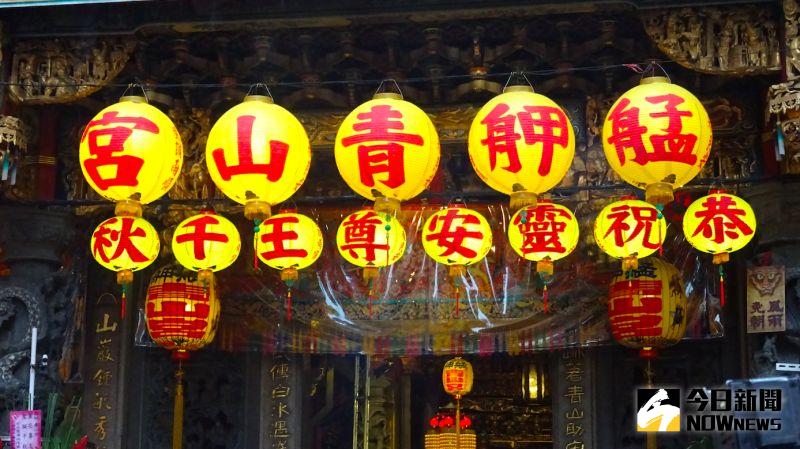 ▲一年一度的「青山祭」艋舺青山宮遶境活動,由於遶境活動期間直到凌晨仍在放鞭炮,讓萬華區居民相當不滿。(圖/記者呂炯昌攝)