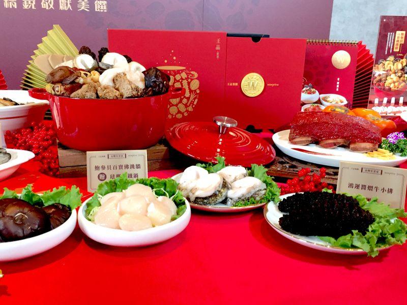 ▲此次的年菜亮點包含「鮑參貝百寶佛跳牆」與「鴻運醬爆牛小排」作為兩大主打。(圖/記者黃仁杰攝,2020.12.09)