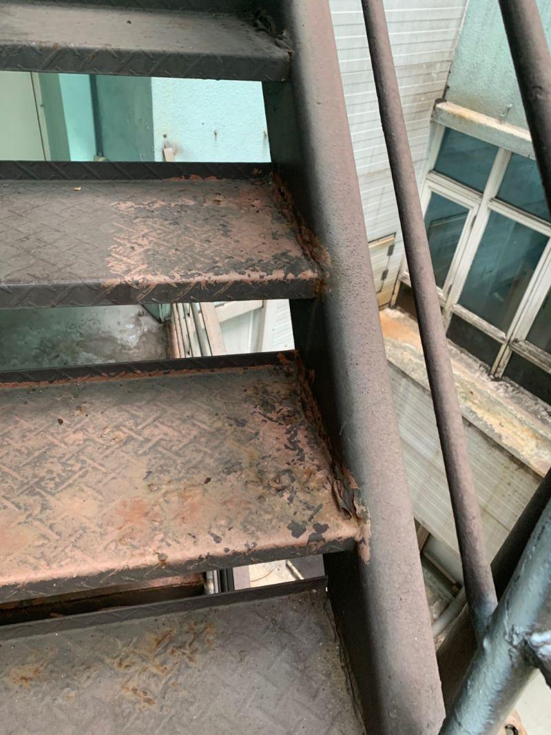 ▲台中市仁愛醫院台中院區,消防逃生梯已經生鏽腐蝕(圖/何文海服務處提供2020.12.9)