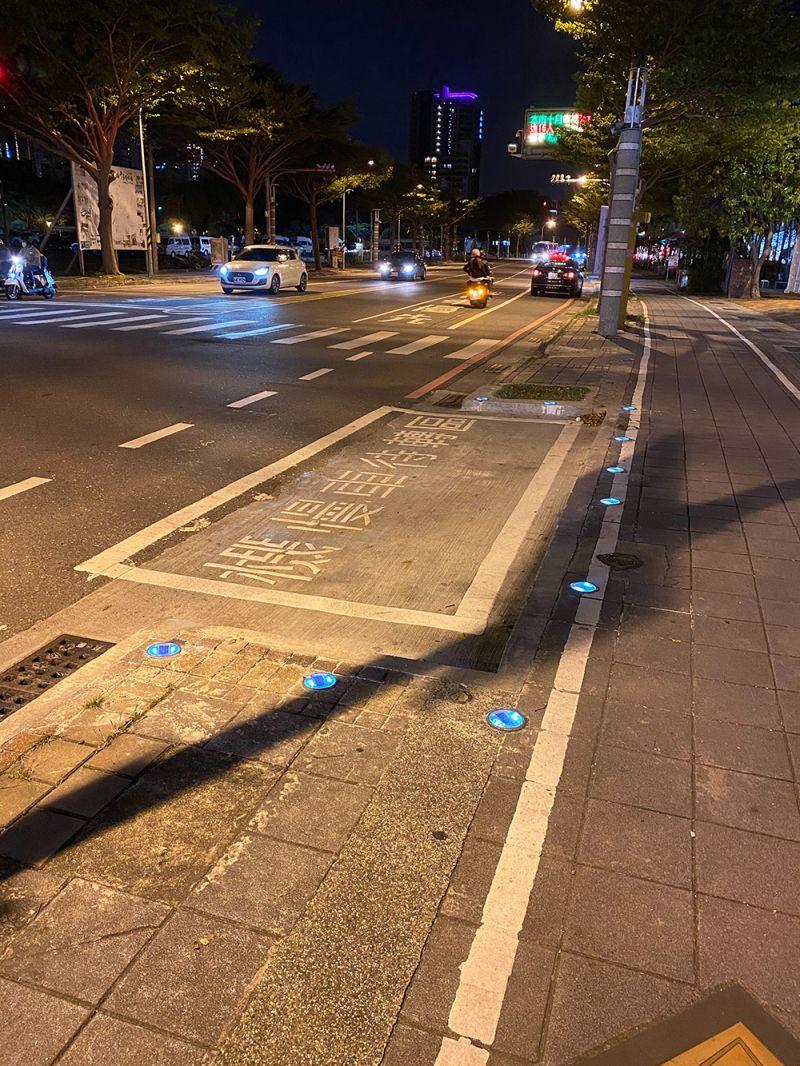 圖為安平區慶平路與安億路口機車待轉區夜間警示圖