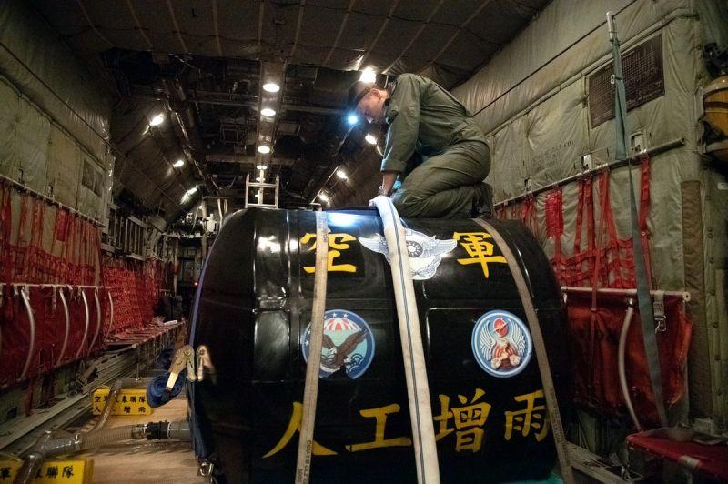 ▲空軍第六混合聯隊昨日夜間完成增雨桶注水及液態氧裝填等相關整備。(圖/空軍第六混合聯提供,