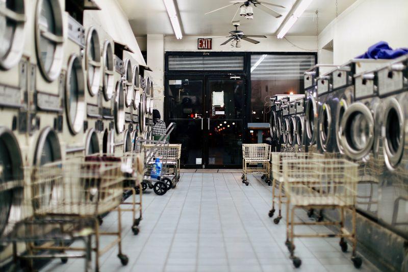 ▲有網友經過洗衣店時,發現桌上竟有全聯的購物籃,接著還看到有人來拎回,過程讓他看了十分傻眼。(示意圖/取自unsplash)