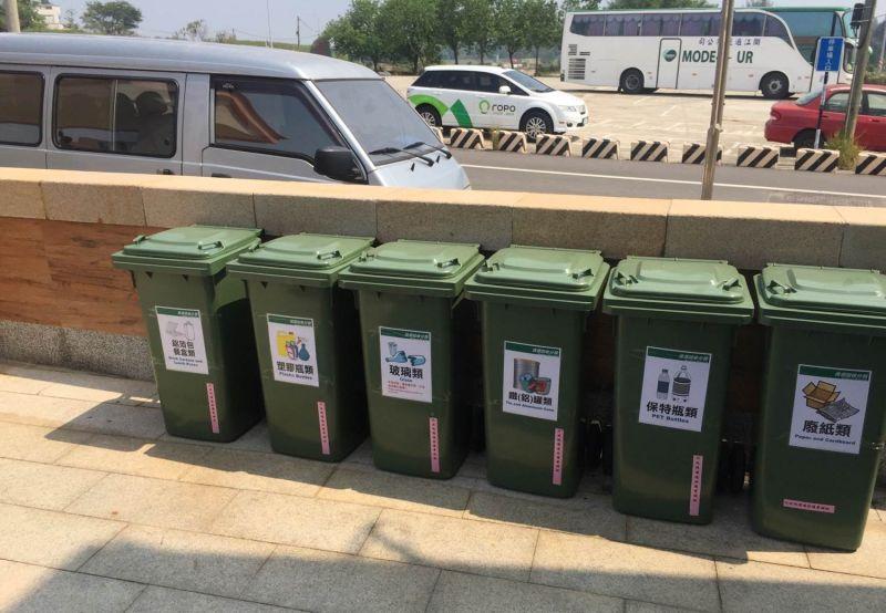金門縣環保局補助大型特產店設置資源回收設施。(圖/金門縣環保局)