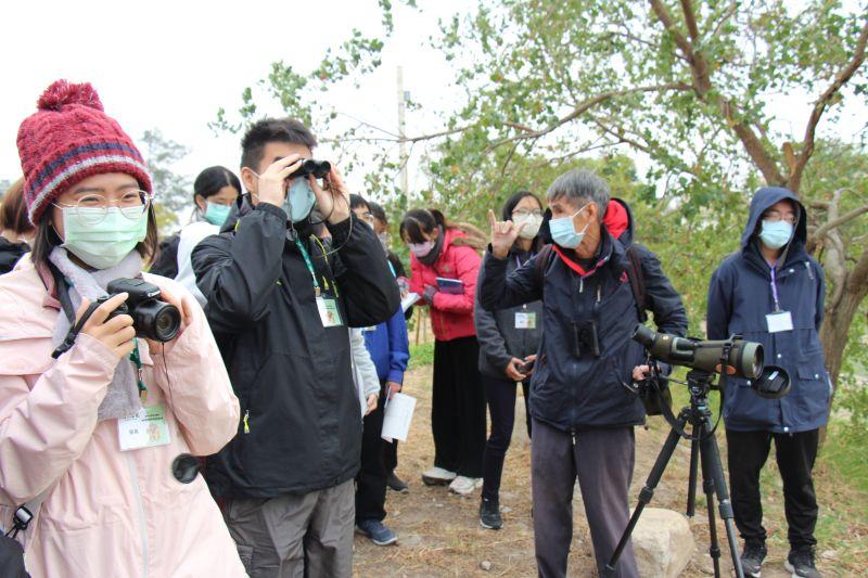金大學子在莊西進老師的帶領下,前進慈湖溼地賞島、尋找水獺踪跡。(圖/金門大學提供)