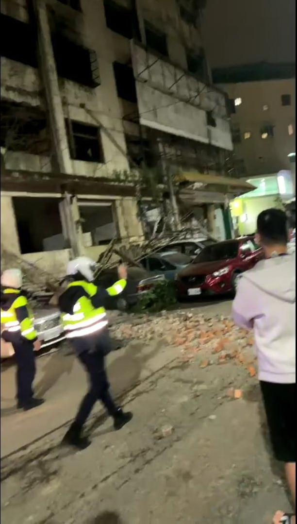 ▲10日晚間台灣東部海域發生地震,新竹的建中一路附近鷹架倒塌壓車、磚塊砸落地面。(圖/民眾提供)