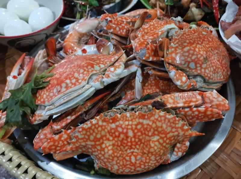 ▲YouTuber《Hello Mr. Sean 我是香老闆》在頻道中分享,一家位於市場內的日本料理店,海鮮味噌湯裡竟還有一隻「大螃蟹」,只需要50元。(示意圖,取自unsplash)