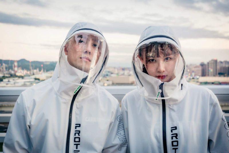 轉戰時尚市場?長榮、華航電商分別推出防水夾克