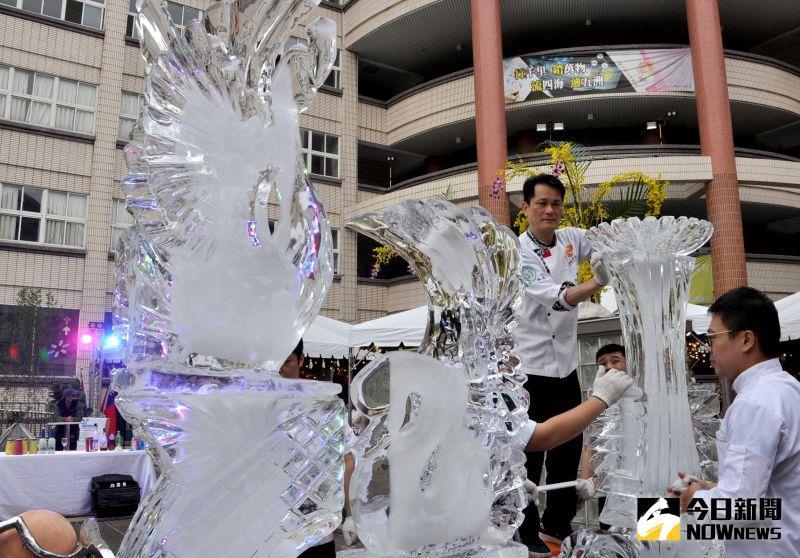 ▲現場製作如水晶般耀眼的冰雕作品。(圖/記者陳雅芳攝,2020.12.