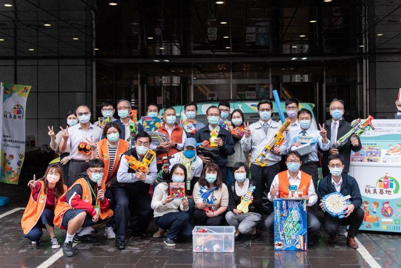 聖誕企業送暖!行動玩具車啟動 二手玩具環島送社福團體