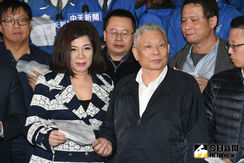 ▲陳文茜(左)、蔡衍明陪著中天電視撤照倒數。(圖