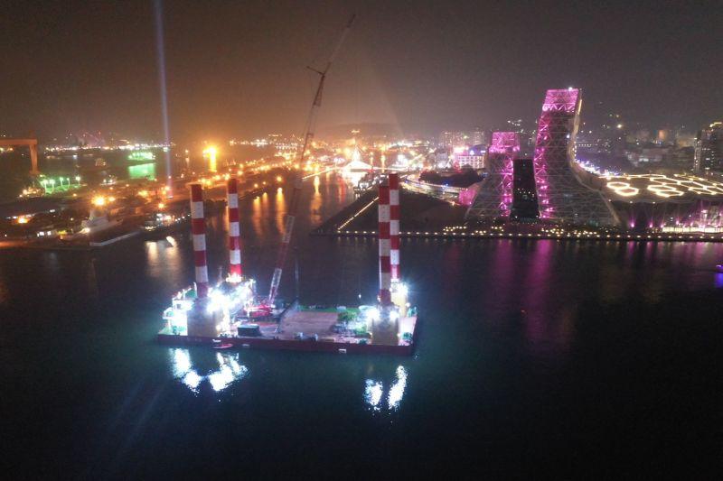 ▲高雄市副市長史哲在臉書貼出紀錄影片,公布高雄跨年活動「2021 跨百光年」眾所矚目的海上舞台在港灣就定位影片,呼籲民眾參與「百年視窗」。(圖/截自史哲臉書)