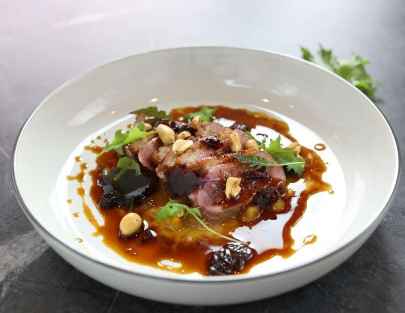 ▲ 覓舍餐廳的西餐,以無框架創意料理呈現,這道法式香煎鴨胸搭配蔓越莓與花生米吃,交融風味讓人驚艷。(圖/福華飯店提供)