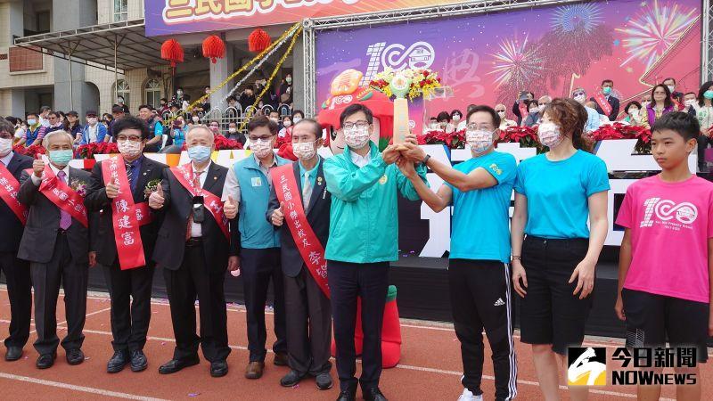 高雄市長陳其邁參加三民國小百年校慶,與學校師生歡度校慶。(圖/記者鄭婷襄)