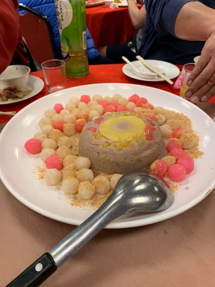 ▲大部分的網友都認為,炸湯圓是辦桌必備的菜。(圖/翻攝《爆廢1公社》臉書)