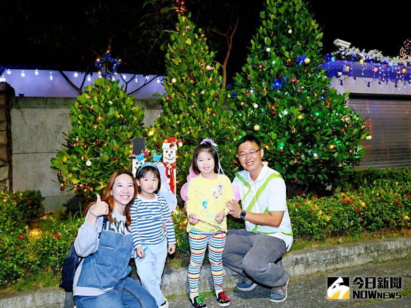 ▲有人利用廢棄水瓶製作閃亮雪花燈,還有專業木工住戶搭建紅酒耶誕樹。(圖/記者陳美嘉攝,2020.12.12)