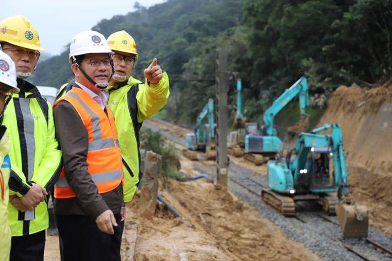 ▲台鐵瑞芳至猴硐路段4日發生邊坡坍塌,目前搶修進入第10日。交通部長林佳龍今(13)日上午前往視察。(圖/翻攝自林佳龍臉書)