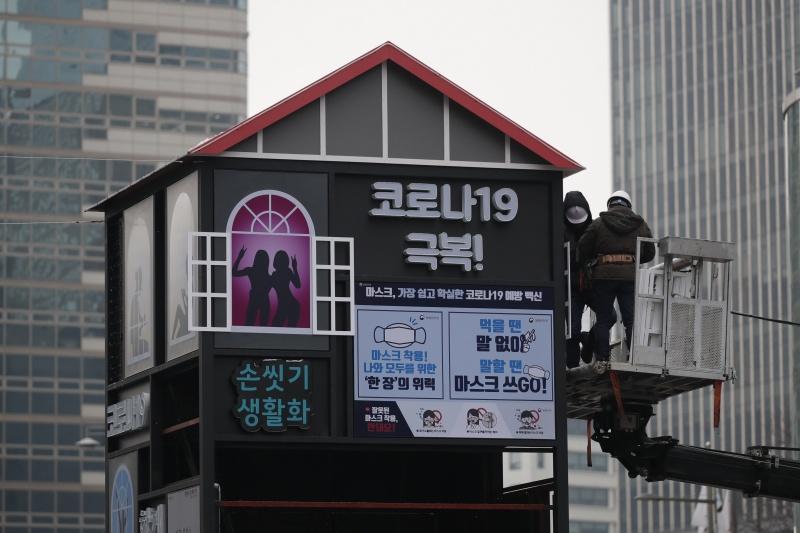 ▲韓國確診病例連兩日創新高,總統文在寅說,如果現階段無法遏制疫情蔓延趨勢,就需要考慮將防疫級別上調到第3級,第3級意味著韓國有可能首度全國封城。圖為近期首爾街頭。(圖/美聯社/達志影像)