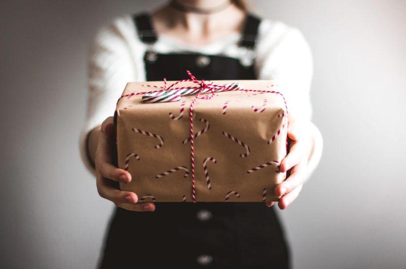 ▲一名女網友擔心自己準備拿來送的交換禮物太爛,不過網友一看卻驚呼「超好的,拜託跟我玩」。(示意圖,圖中人物與文章中內容無關/取自unsplash)