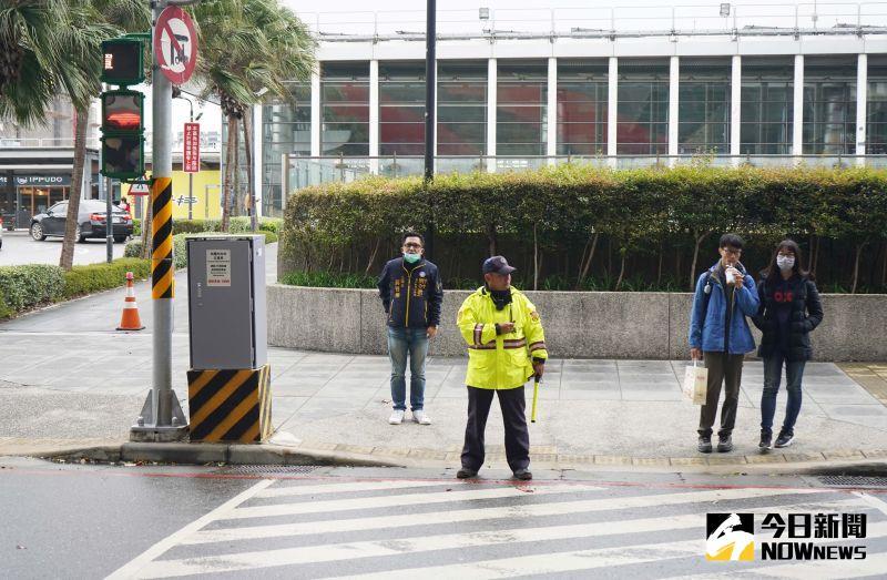 影/全球首創! 青埔高鐵站區<b>企鵝</b>號誌燈帶你過馬路