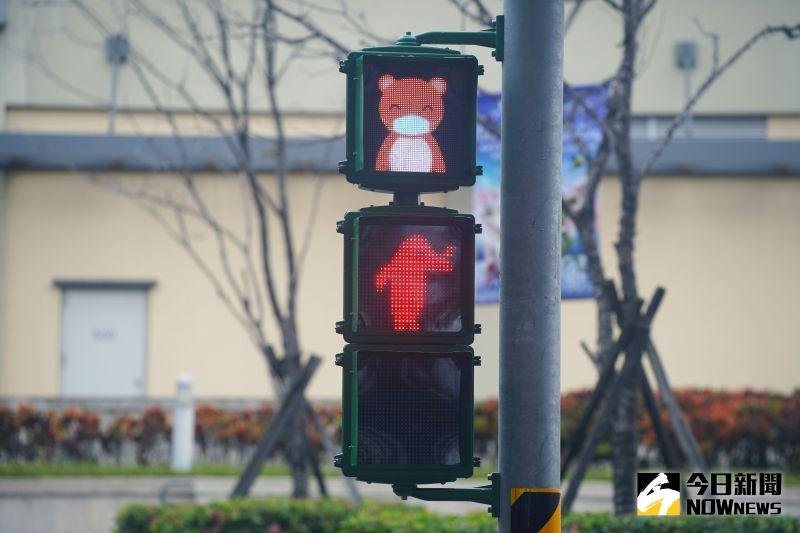 ▲停等紅燈時,企鵝還會以手勢示意行人不要通行。(圖/記者李春台攝,