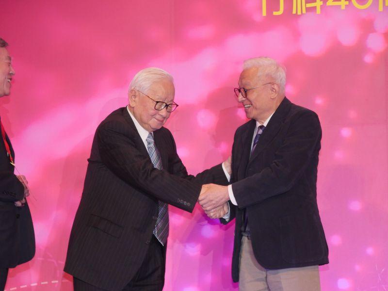 張忠謀與曹興誠握手大和解 竹科40周年慶上演雙王破冰