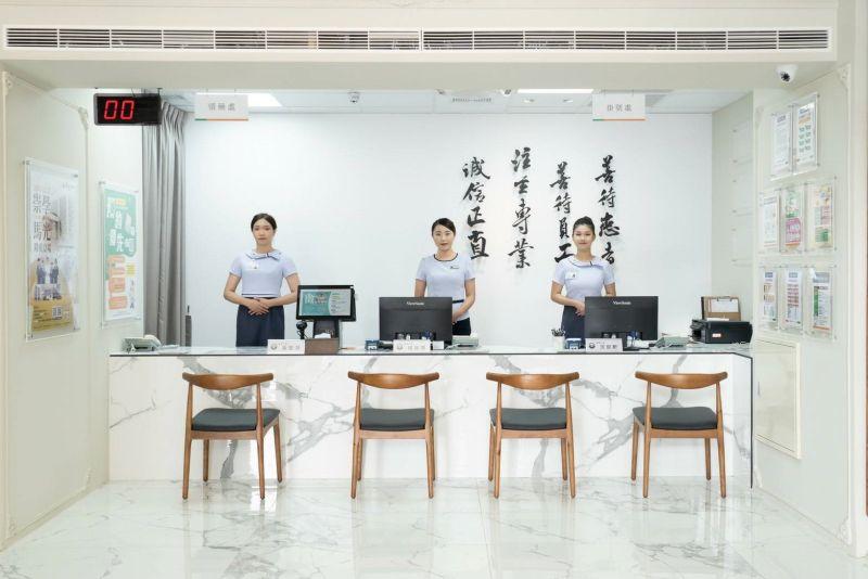 ▲訓練有素的員工,提升了服務品質,也受到來看診的消費者讚賞。(圖/品牌提供)