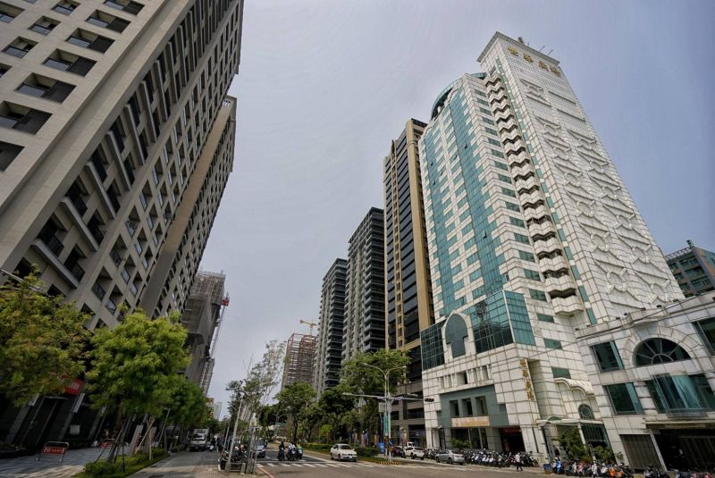 台南市今年前三季大樓與華廈均價與去年同期相較
