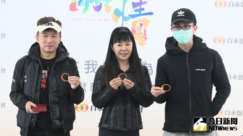 ▲孫鵬(左起)、狄鶯、孫安佐一家人為公益活動合體。(圖 / 記者林柏年攝)