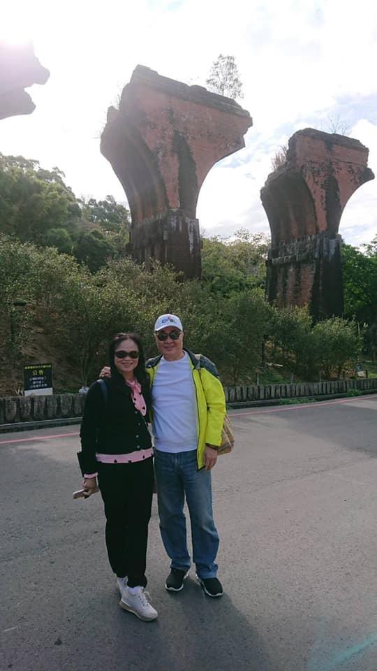 ▲李四川14日在臉書PO出與妻子同遊苗栗龍騰斷橋的照片,並直說「除了政治外,台灣各地方之人、事、地、物都非常美。」(圖/翻攝自李四川臉書)