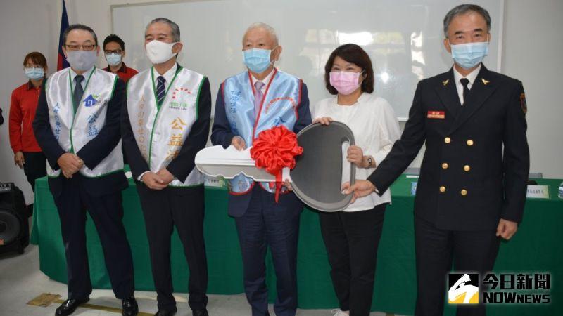 ▲SUN流通集團捐贈救護車,由市長黃敏惠代表受贈。(圖/記者郭政隆攝影2020.12.16)