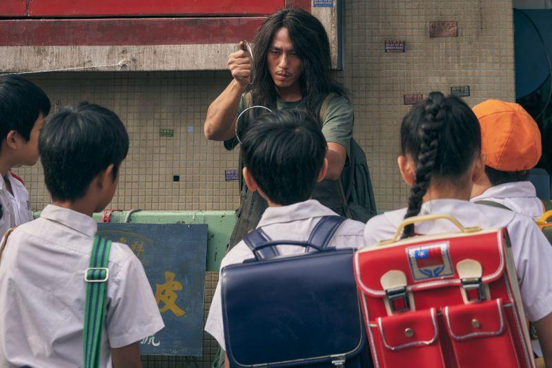 ▲莊凱勛飾演的天橋上魔術師。(圖
