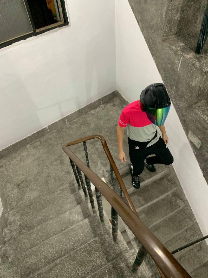 ▲外送員霸氣要原PO「不准動!」並爬上5樓公寓,將餐點親自送到原PO手中。(圖/翻攝自《爆廢2公社》)