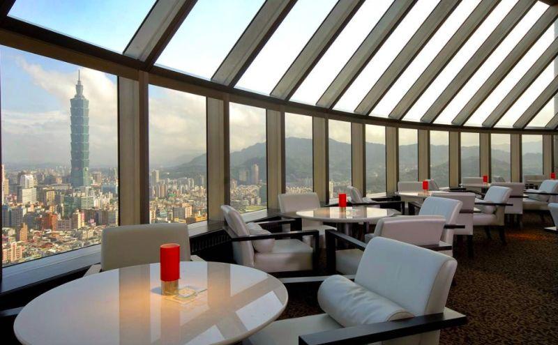 ▲高空的景觀餐廳也提供下午茶,到了晚上便搖身一變成為能望向台北101的sky