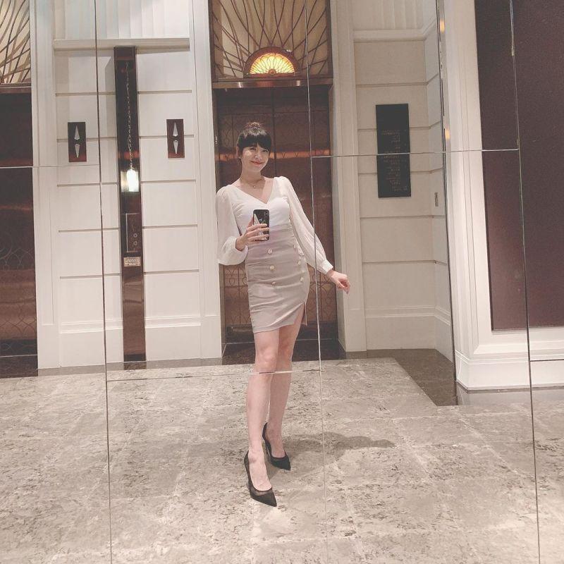 ▲鄭亦真等電梯同時玩起自拍,一雙美腿吸睛。(圖/鄭亦真IG)