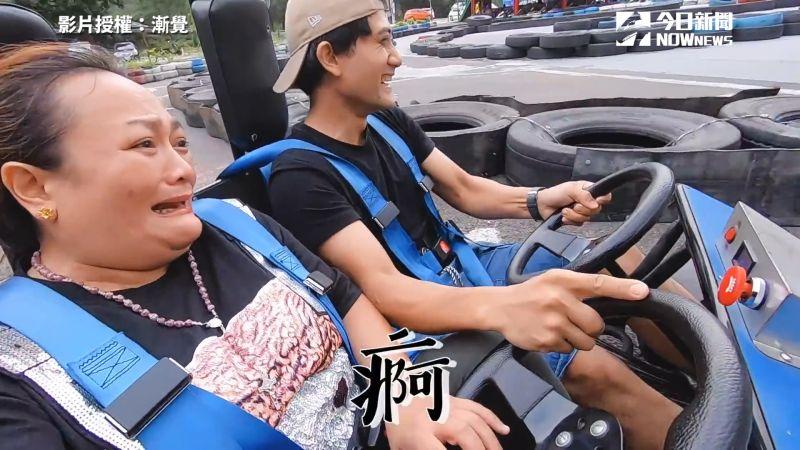 影/兒帶媽玩卡丁車瘋狂飆速 表情逐漸毋湯哭求:我要下車