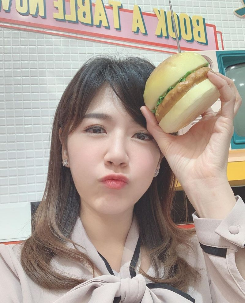 ▲鄭亦真被戲稱為「漢堡主播」。(圖/鄭亦真IG)