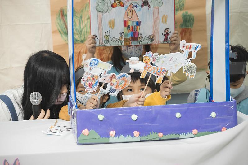 ▲國防部大直非營利幼兒園的小朋友們表演了七隻小羊手偶劇。(圖/總統府提供)