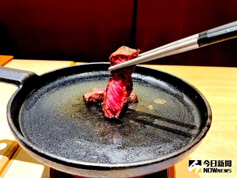 ▲「和風鐵板牛排」有別店內牛排現炸作法,首次使用鐵板逼出牛排肉香。(圖/記者黃仁杰攝,2020.12.17)