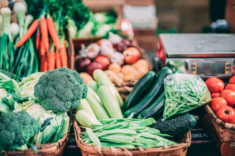 ▲搜狐號《小楊聊美食》分享「韭菜花」富含膳食纖維,能促進腸胃蠕動、排宿便的效用,「通便能力比芹菜要好」,是個既健康又營養的天然食材。(示意圖/取自unsplash)