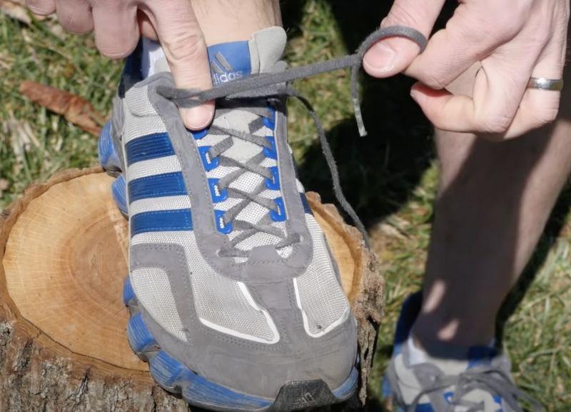 ▲再來是「把鞋帶穿進對邊的小圓圈裡」。(圖/翻攝自影片)