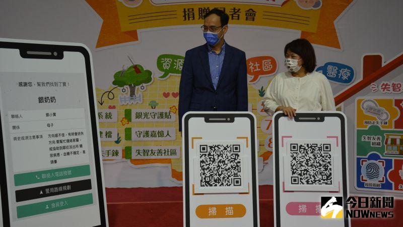 ▲黃敏惠市長與朱立倫示範操作方式。(圖/記者郭政隆攝影2020.12.18)