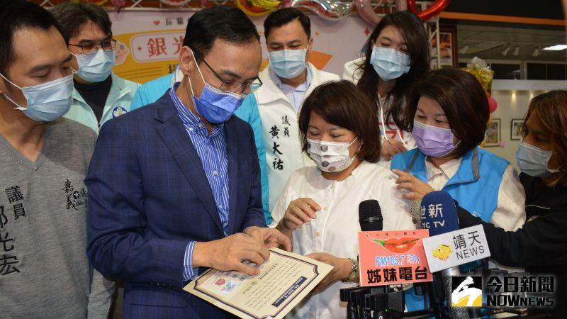 ▲朱立倫向黃敏惠市長說明銀光守護貼QR