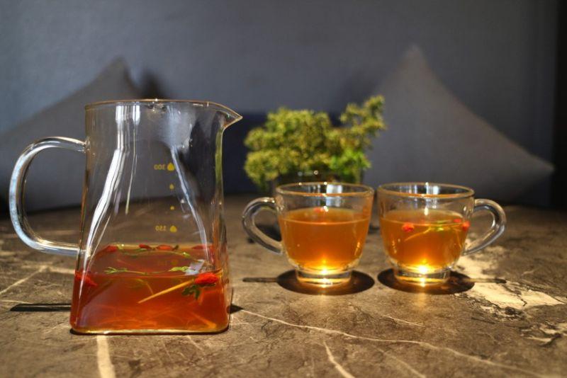 ▲雞茶雞湯經長時間熬煮而成,茶湯裡的百里香,完全將傳統雞湯香氣與口感,再度拉高到米其林星級餐廳的層次。(圖/特約記者梅君綺)