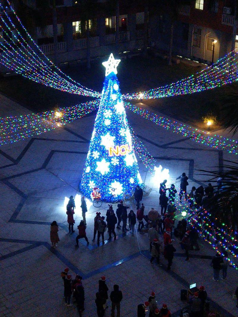 ▲十公尺聖誕樹聳立在綜合大樓星形廣場,是金門地區最高的燈飾聖誕樹。(圖/金門大學提供)