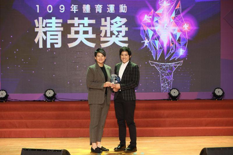 ▲109年體育運動精英獎頒獎典禮,曾雅妮頒發最佳女運動員獎予陳念琴。(圖/體育署提供)