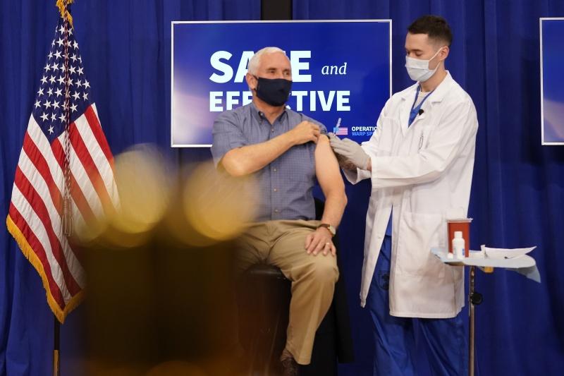 ▲美國副總統彭斯當地時間18日於白宮接種輝瑞的新冠疫苗,過程全程轉播。(圖/美聯社/達志影像)