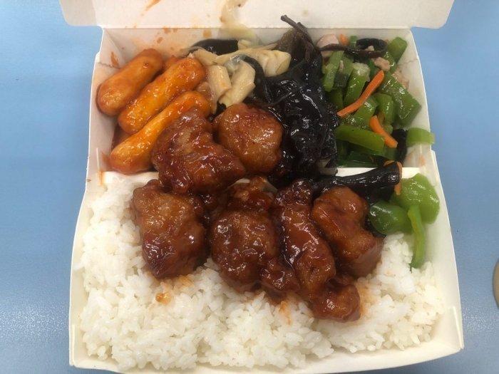 ▲從照片中可以看到,這個自助餐便當1肉3菜,色、香、味具全,滿滿的白米飯也讓人想食指大動。(圖/翻攝自《Dcard》)