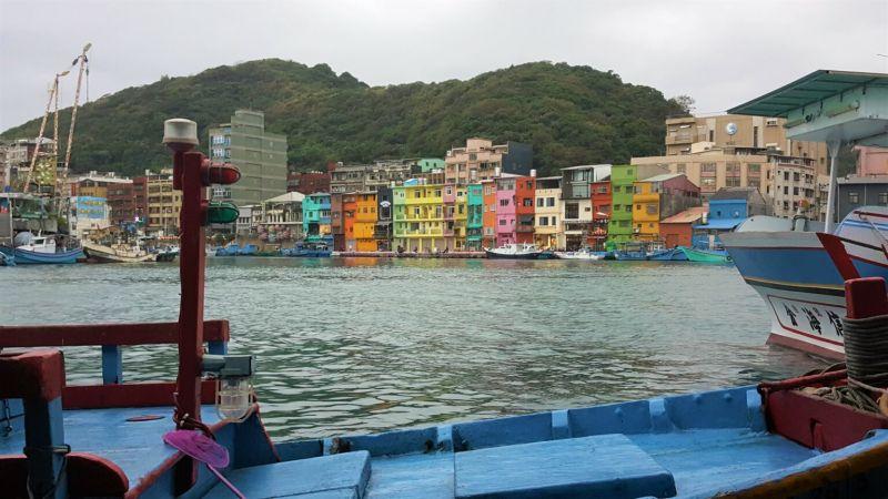 ▲七彩的建築物搭配著五顏六色的漁船。(圖|Greg提供)